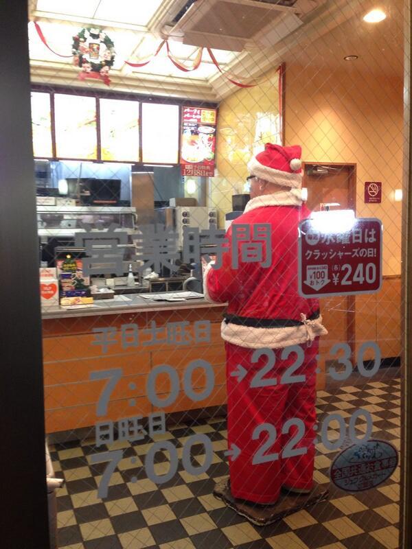 あれ? サンタさんがファーストフードに並んでる...  と思ったら、閉店後のケンタッキーでした! ちょっとびっくりした! http://t.co/7zWrLagk6k