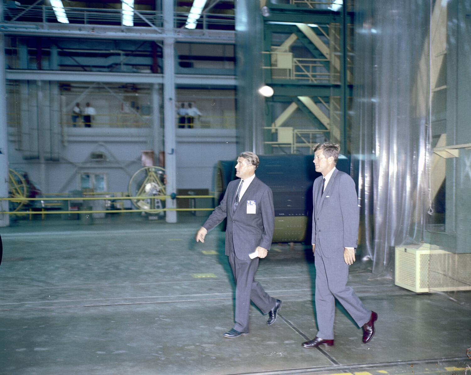 #JFK and von Braun inspect facilities at MSFC, September 11, 1962. Kennedy was being updated on Apollo program. http://t.co/BY9jtOgdEm