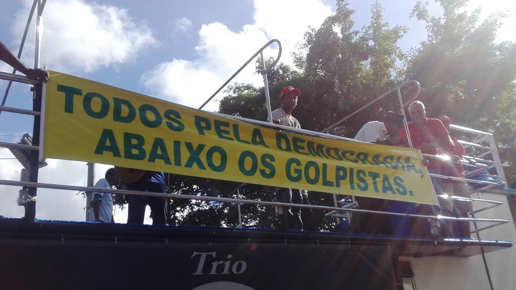"""#GloboGolpista """"@mateus_eu: Se a ditadura não calou o Brasil a Democracia será defendida com toda nossa força. http://t.co/0iSklS1T1M"""""""