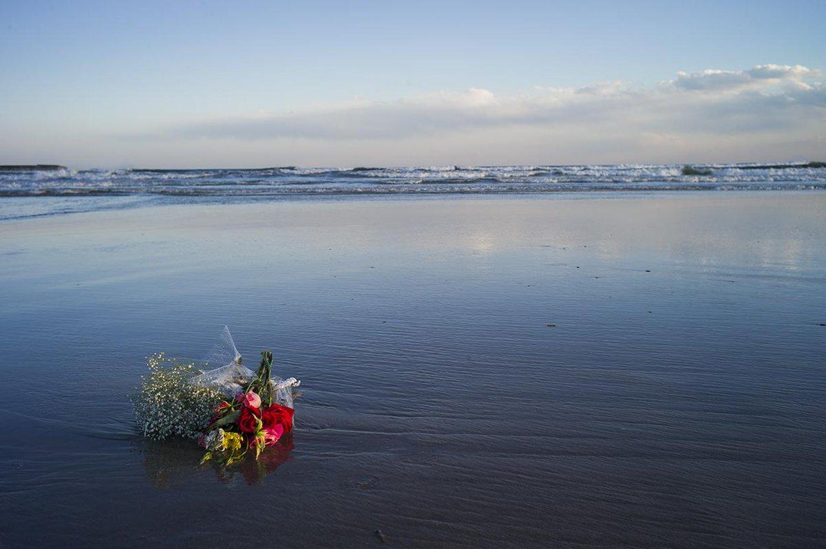 南相馬市へ。この4年間の中で何度も訪れた場所を歩き、原発周辺の今を見てきました。海に見えた虹。言い表す事のできない魂の叫び、想いのようなものを感じた。そして海に浮かぶ花。あらためて震災で亡くなられた方々のご冥福をお祈り申し上げます。 http://t.co/KIiUFtvJjX