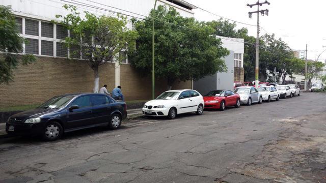 Autos infraccionados afuera de nuestras instalaciones donde hay raya blanca para estacionarse. Porqué @MovilidadJal? http://t.co/ObIXupiTL3