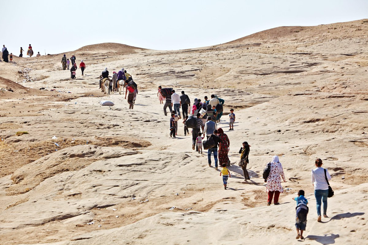 Decenas de #refugiados sirios, incluidos niños, huyen de su país. La Guerra de #Siria entra en su 5º año (Foto ACNUR) http://t.co/9bS53eQSJB