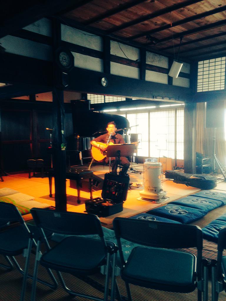 今日は東北ライブハウス大作戦in大玉村彦ハウス♫  TOSHI-LOWさんがリハーサル中です!  素敵な会場だぁー http://t.co/W9w5K7fpnM