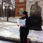 В #Саратов,е в память Немцова проходит одиночный пикет, потому что адм-я 4 раза не согласовывала митинг http://t.co/jWbeeumzlU