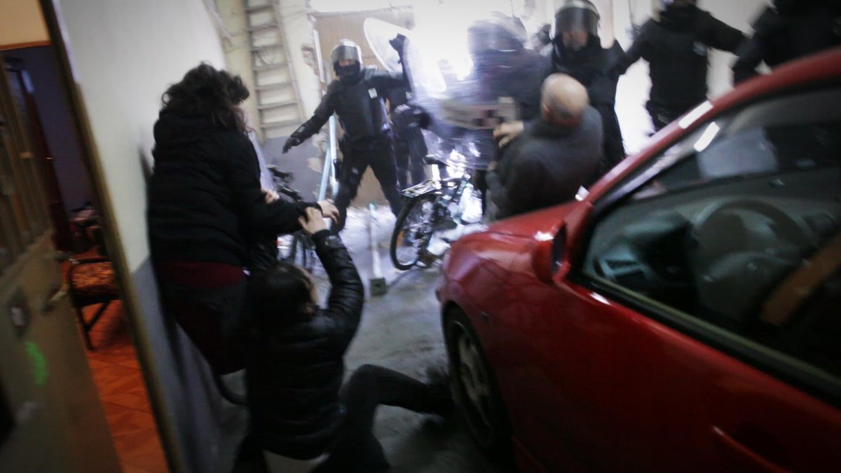 El #VÍDEO del #periodista #FreeJaimeAlekos antes de ser detenido por grabar desahucio #ON29 http://t.co/uIrZUfWMYF http://t.co/JRonQ00pES