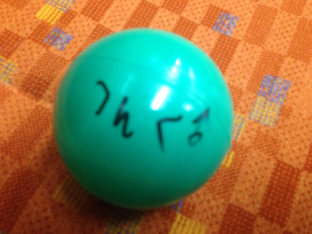アイドル甲子園のエンディングのサインボール投げでゲットしたボール。 多分ベルハーの誰か。 悔しいけどちょっと笑った。 http://t.co/199SIbKNRD