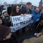 Урод в синем говорит: Где нет Русских- там нет войны !!! Так бы сам ему рожу набил ! А им это только и надо! #Немцов http://t.co/0SYIZ29e3o