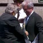 #INTER José Mujica entrega la banda presidencial de Uruguay a Tabaré Vázquez. http://t.co/vafNVCDkQC
