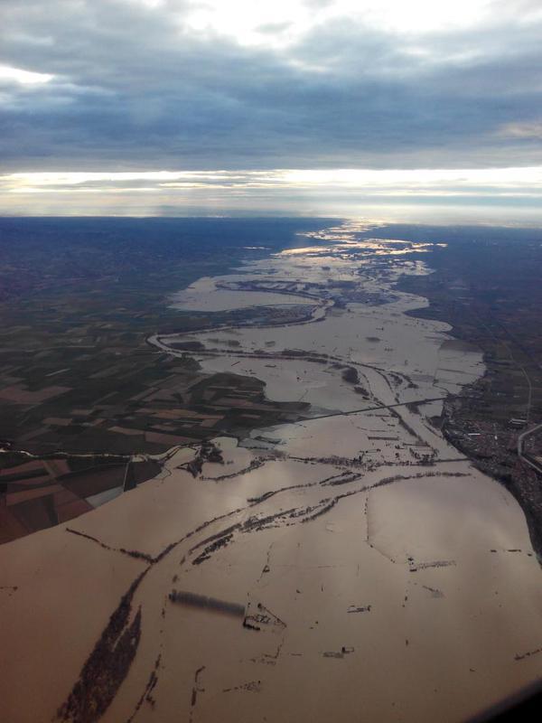 Impresiona hoy la vista desde el aire de un #Ebro crecido que va engullendo los pueblos de la ribera … http://t.co/kGp7CUljVL