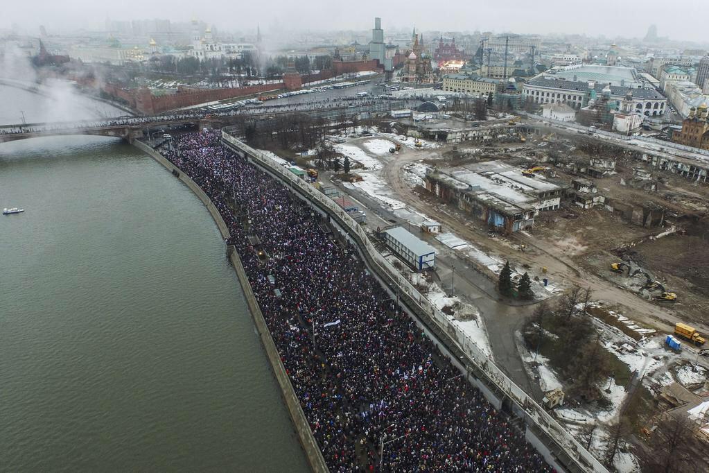 Massive turnout in Moscow for opposition rally in honor of slain anti-Kremlin politician Nemtsov (via @EvgenyFeldman) http://t.co/qvTAnzuA09
