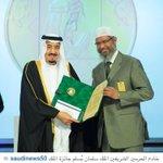 #الملك_سلمان يُسلم الداعية العالمي د. ذاكر نايك #جائزة_الملك_فيصل_العالمية لخدمة الإسلام . #السعودية - http://t.co/L0mlou3l40