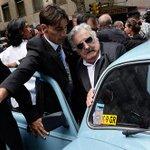 #EnImágenes: Pepe Mujica se va a casa en su Volkswagen luego de dejar la presidencia http://t.co/2hfAe90GVP http://t.co/AepUY5vJyu