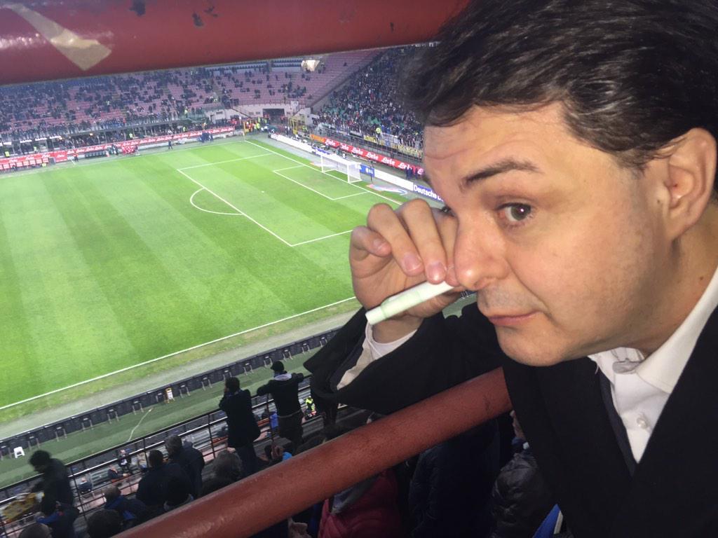 Andrea Diprè (@AndreaDipre): Allo stadio non per tifare ma per pippare le righe del terreno di gioco.Enjoy DIPREISM #andreadipre #inter-fiorentina http://t.co/XoyA3xMYia