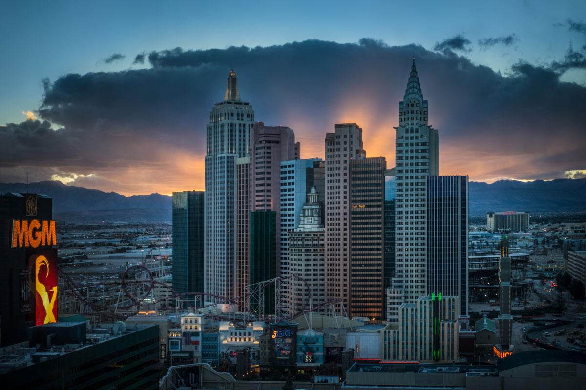 Greeted by this lovely sunset when I arrived at #WPPI2015 #roomwithaview @MGMGrand #Sony #A7II http://t.co/NdZXsXWlxA