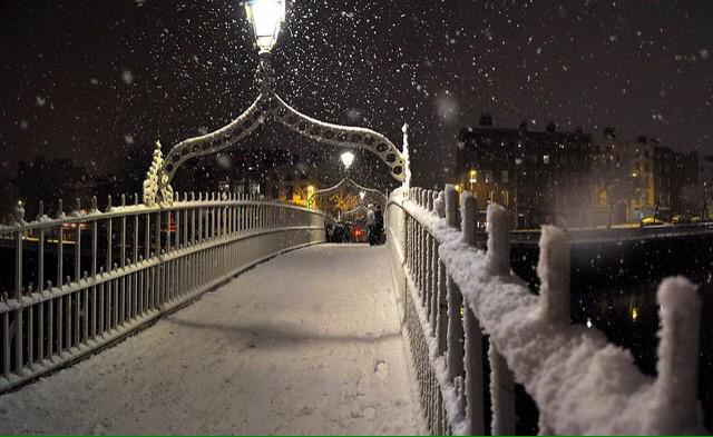 Wow, ha'penny bridge RT @CrumlinFuels: ⚠️Bitterly Cold  in #Dublin overnight. Expect more #Snow  #StayWarmStaySafe http://t.co/lHICeU1jXh