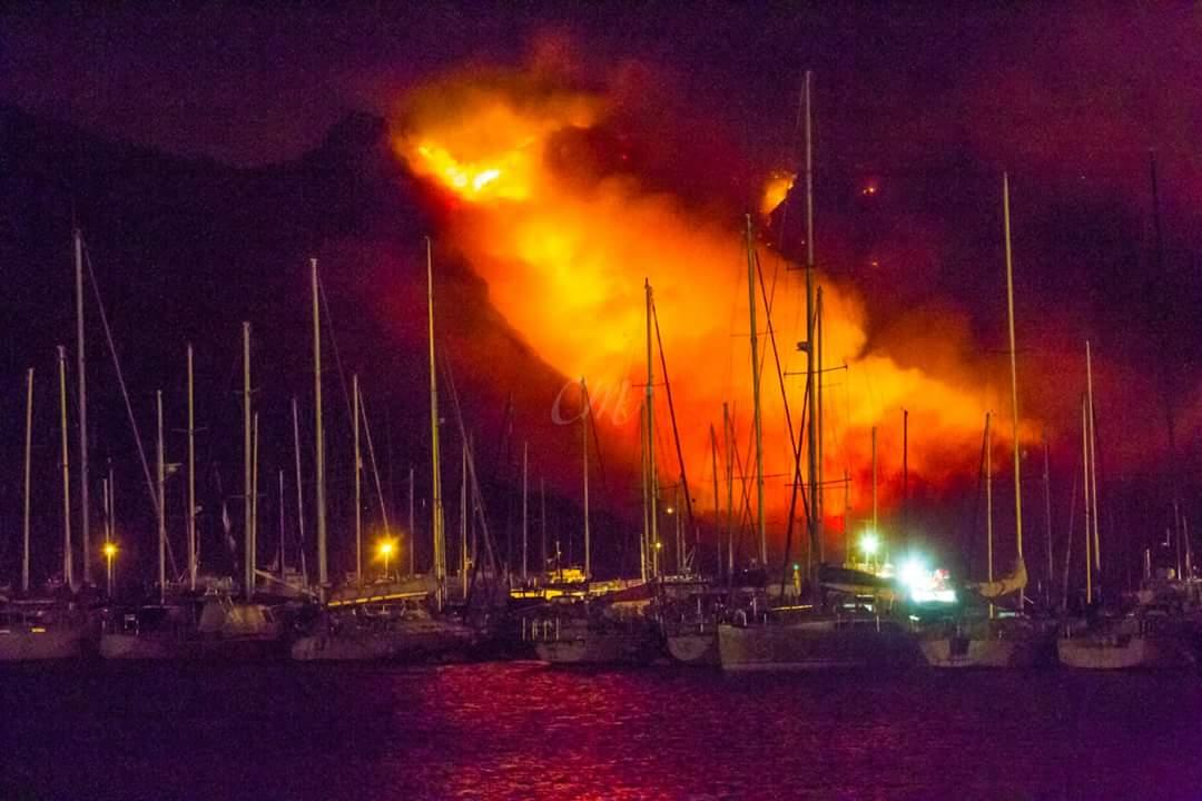 View from #HoutBay harbour.  Pic by Charles Mercer via FB #MuizenbergFire #Chappies @clearchange http://t.co/uF1mgiQlWN