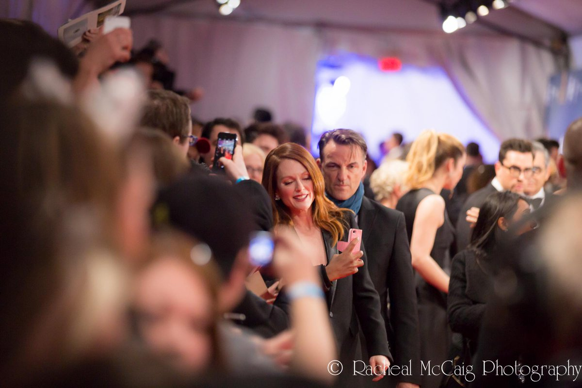 A quick candid of @_juliannemoore taking time for selfies with her fans at #cdnscreen15  http://t.co/h6UIcWJDC5 http://t.co/4975B8jH4k