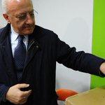 #PrimarieCampania #Pd, #DeLuca vince col 52%, in 157mila ai seggi. #Cozzolino si ferma al 44% http://t.co/Qihy6EZlES http://t.co/e1QnvnfNyP
