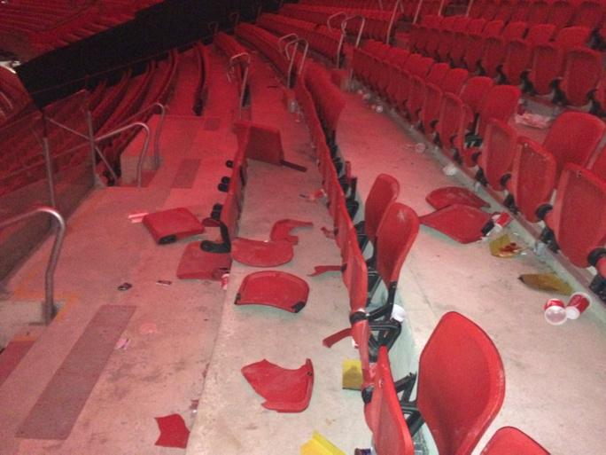 Cadeiras depredadas na área da torcida do Grêmio no Beira-Rio http://t.co/kWWqjzrOyv