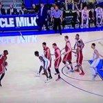 VIDEO: Washington State ran an unorthodox four man ball-screen vs. UCLA.  http://t.co/e2RxbFQF8c http://t.co/Wzy8oJiBWG
