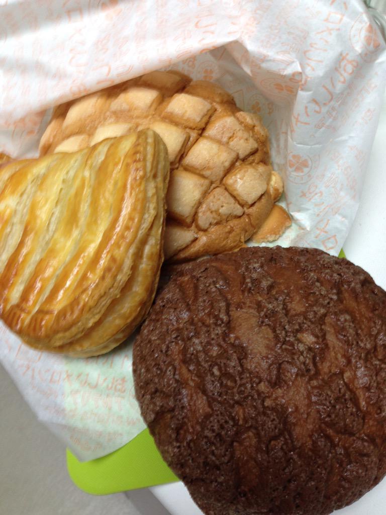 中山に最近できたパン屋さん。今日からショコラメロンパンが発売開始だそうです。 #arteria-bakery #nakayama http://t.co/xWctsj5pjF