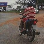 Motociclista leva criança na garupa de moto escondida na camiseta em Goiás http://t.co/Y7YGgSiB39 #G1 http://t.co/BmOwdnStco