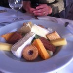 """""""@Independent: This restaurant has misunderstood the concept of cheese and biscuits http://t.co/rJTODsrQ5u http://t.co/p4uOUh4N4N""""????????"""