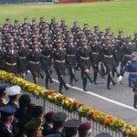 Gallardía y compromiso. Los flamantes oficiales desfilan, rindiendo honores a las autoridades. Ceremonia #77Años http://t.co/lARsxxriqm