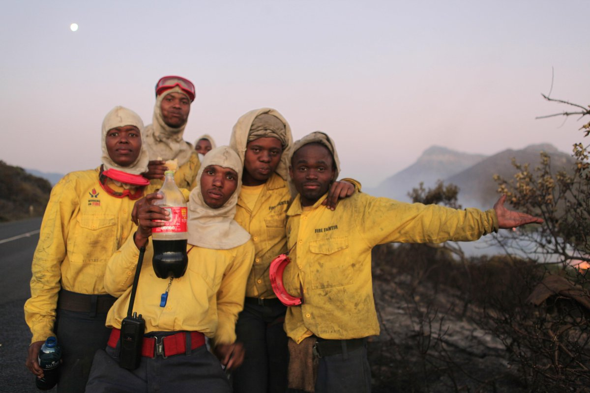 """@Sue_ParkerSmith: #CapeFire Everyday heroes like these firefighters on Ou Kaapse Weg working around the clock http://t.co/A08eu5bg14"""