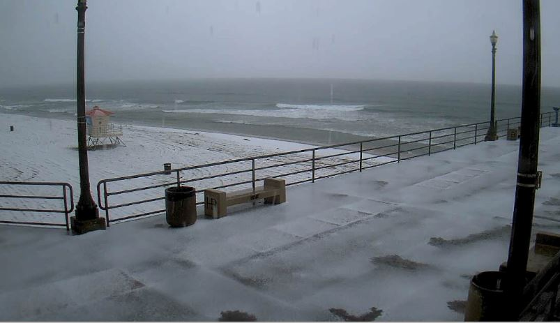 Don't see this very often - that's hail accumulating on the #Huntington Beach pier. Pea-size. @NBCLA http://t.co/qKqTtk5m7I