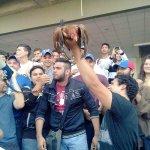 """#2M""""Estudiantes"""" Opositores de #URBE #Maracaibo sacrifican una gallina dizque en repudio a Arias Cardenas @dcabellor http://t.co/eNv1vXlfkQ"""