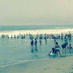 Cadena humana salvó a cuatro personas de morir ahogadas en playa Arica 😃 [FOTOS] #WasapEC► http://t.co/PRC4GVRmNm http://t.co/xdy5HAPXUo