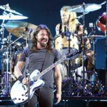 Dave Grohl interrompe show do @foofighters para presentear fã cego. http://t.co/FaoKd6E4pt http://t.co/dMza8KnAZA