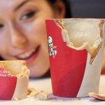 【美味しそう】ケンタッキー50周年で食べられるコーヒーカップが登場 http://t.co/Z9DPxutKYb 内側には熱に強いホワイトチョコのコーティング、そしてクッキー、外にはロゴを印刷したシュガーペーパーが。 http://t.co/z7zLxVdWt7