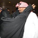 - القنصل عبدالله الخالدي .. في حضن وطنه ( والدته ) ! - صورة مؤثرة . #الخالدي_يعود_للوطن http://t.co/p6JuC8iFM1