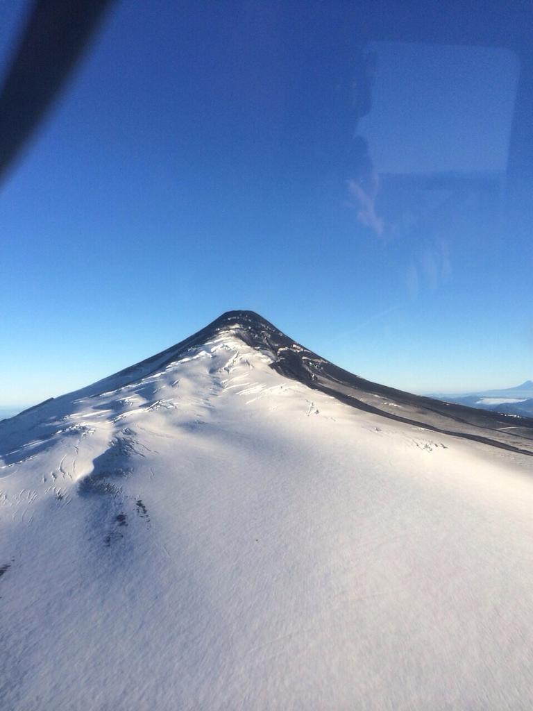 Imágenes del sobrevuelo realizado por General Nabih Soza e Intendente Francisco Huenchumilla #VolcanVillarrica http://t.co/gGN8U25LwZ