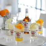 """【行きたい人RT】明日オープンする「エキマルシェ新大阪」」に「JIM BEAM BAR」ができますよ!柑橘系のフレッシュフルーツの果汁を搾った""""シトラスビームハイボール""""がおすすめ♪ http://t.co/lrNruoJtgb http://t.co/gFs3b7zgLD"""