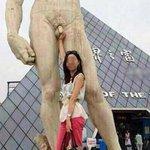 【大胆w】ダビデ像と写真を撮る中国女性のポージング http://t.co/f3HJu2vLlF ダビデの股間を触って微笑んでおり、中国ネットでは「今の女性はこんなに開放的になっているのか?」などの声も上がった。 http://t.co/fqnrkXZS4a