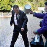 Idoso é multado por jogar estrume de cavalo em político neozelandês. http://t.co/nZI2axi0Qw #G1 http://t.co/1Waf6Waj5e