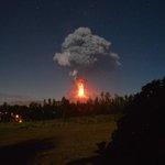 Más de 3000 evacuados por la imponente erupción del volcán #Villarica en Chile http://t.co/MpRMy3OT5Q | Foto @NGalloR http://t.co/tQM8RG8rYN