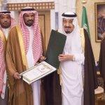 سيدي خادم الحرمين الشريفين الملك سلمان يستقبل القنصل السعودي في عدن ويقلده وسام الملك عبدالعزيز من الدرجة الثالثة. http://t.co/J60d8hM6bN