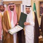 خادم الحرمين الشريفين يستقبل القنصل السعودي في عدن ويقلده وسام الملك عبدالعزيز من الدرجة الثالثة #واس http://t.co/apemhc1pAb