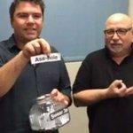 Instrutor de língua de sinais ensina palavrões em festival na Austrália; assista: http://t.co/XUIu5ikyie #G1 http://t.co/P15VQpqVv2
