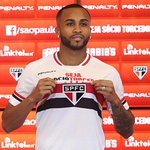 Apresentado, Wesley realiza sonho e veste a camisa tricolor Veja: http://t.co/zuoKmMVCtA http://t.co/Vagh92dFpR