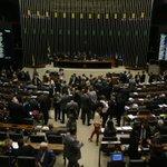 Câmara desiste de pagar passagens para cônjuges de deputados http://t.co/4q1qVFWXkT http://t.co/fOEAedV0oa