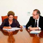 Dilma Rousseff sanciona, sem vetos, Estatuto do Caminhoneiro: http://t.co/Mc9oTvAvKx http://t.co/vBXZYyFgtF
