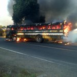 Autobús R 209 se incendio luego de accidente con motocicleta en calle al cerro verde. Imágenes vía #WhatsappLPG http://t.co/Dsu8aV4bi7