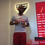 Wesley posa com a camisa do São Paulo antes de deixar a sala de imprensa do CT da Barra Funda. #trspfc http://t.co/cgmJEXqaje