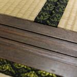 """この画像、なんだかわかるかの?これは余市の竹鶴邸の畳なんじゃ。よく見ると""""竹""""と""""鶴""""の模様があるじゃろう!こんな細かいところまでこだわっているなんて、なんとも粋よのう! #マッサン #リタ http://t.co/SSw3jgT8Kg"""