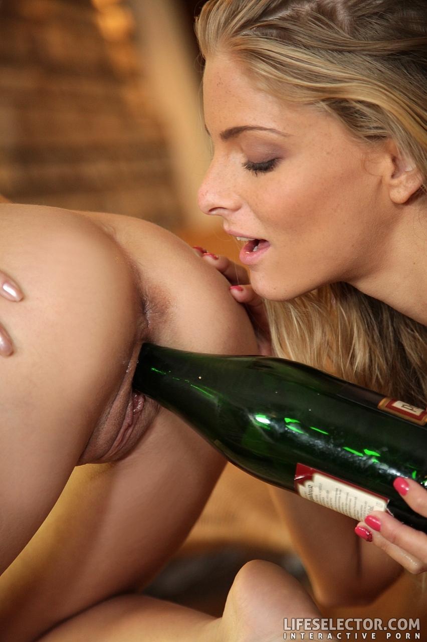 Лесбиянки с бутылкой